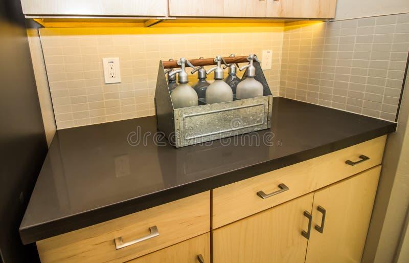Zes Seltzer-Flessen die Moderne Keukenteller verfraaien royalty-vrije stock afbeeldingen
