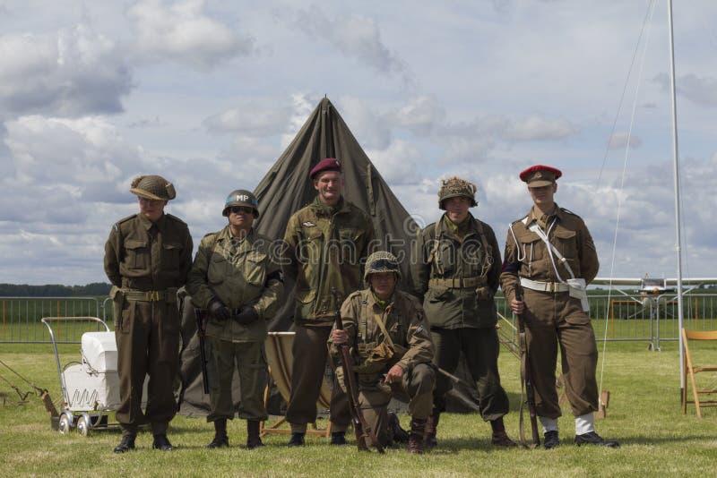 Zespół bracia w ręk drugi wojnie światowa zdjęcie stock