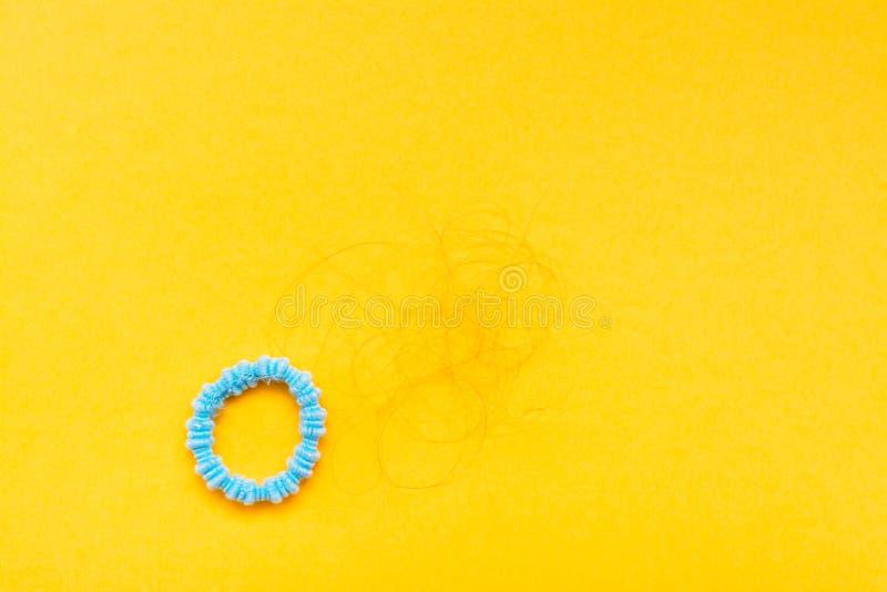 Zespół dla włosy i motków spadać włosy na żółtym tle obraz royalty free