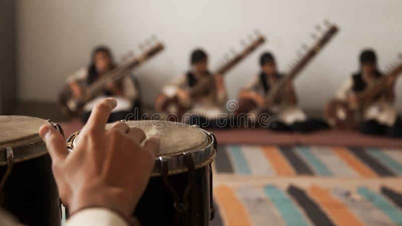 Zespół muzycy bawić się bongo i Sitar zdjęcie stock