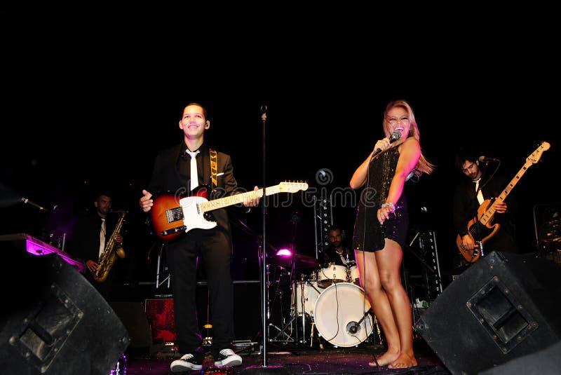 Zespół na scenie z Żeńskim piosenkarzem zdjęcia stock