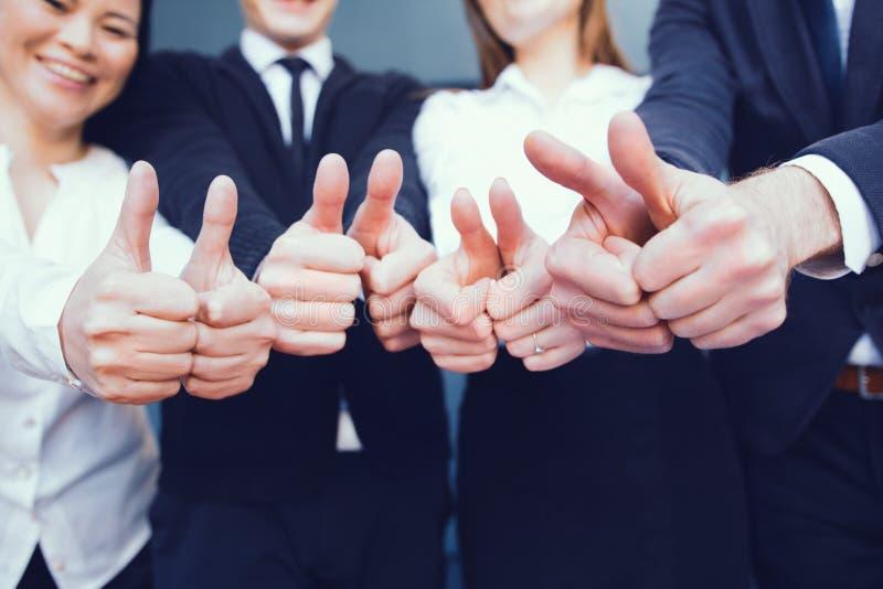 zespół pokazujący przedsiębiorstw kciuki w górę obrazy royalty free