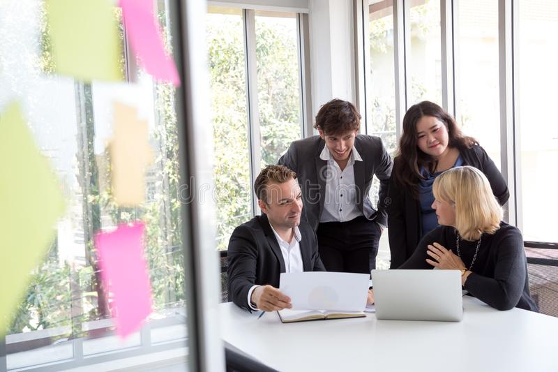Zespół spotkania biznesowego, zapoznawanie siÄ™ i omawianie nowego planu. Analiza przy użyciu pracy zespoÅ'owej nad projektem w zdjęcia royalty free