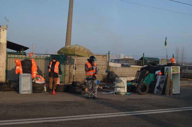 Zespół uczestnicy zamieszek na improwizującym punktu kontrolnego czeku plądrować transporcie i kiev obrazy stock