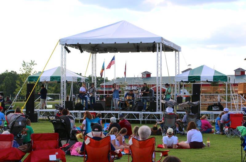 Zespół Wykonuje Na scenie Przy odkrycie parkiem Ameryka, Zrzeszeniowy miasto Tennessee obraz royalty free