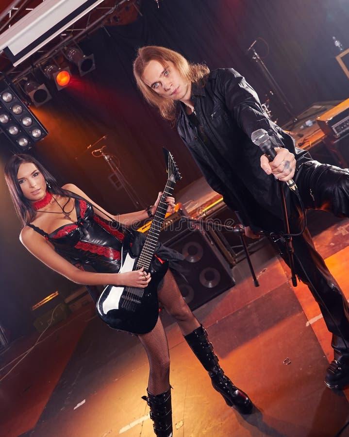 Zespołu rockowego spełnianie na scenie fotografia stock