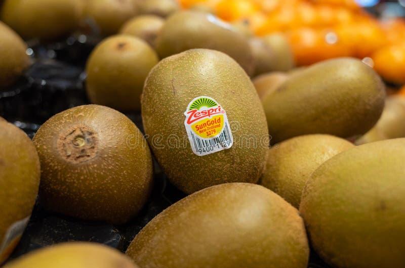 Zespri guldkiwifrukt som placeras på hyllor i stormarknaden fotografering för bildbyråer