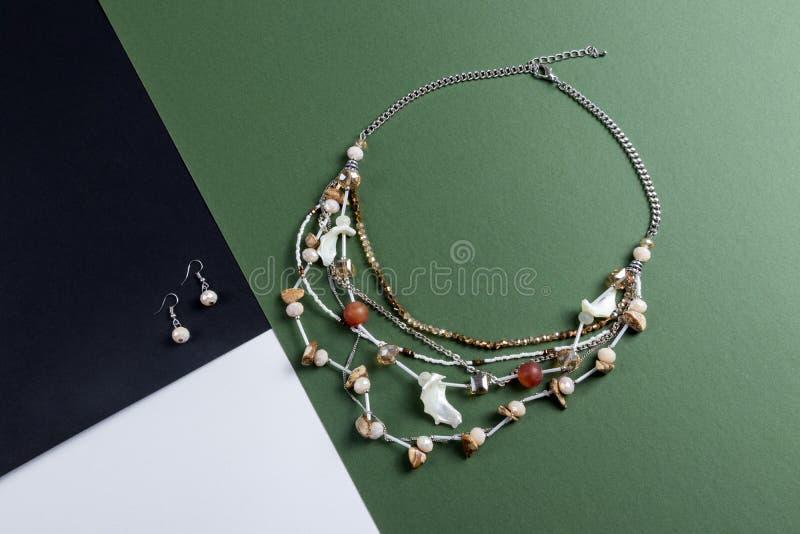 Zestaw kolczyków i wielowarstwowy kryształowy naszyjnik z kamieniami i skorupą morską srebrny łańcuch boho styl na zielono i czar zdjęcie stock