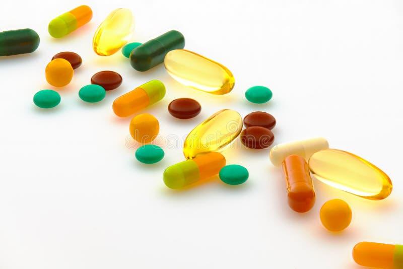 Zestaw pigułek, tabletek, witamin, leków, oleju rybnego omega 3, kapsułek żelowych, leków i suplementów diety dla opieki zdrowotn zdjęcia stock
