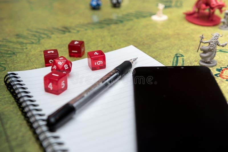 Zestaw smartfonów, notebooków i ołówków mechanicznych do gry w dice na roli grać lochy i smoki zdjęcia stock