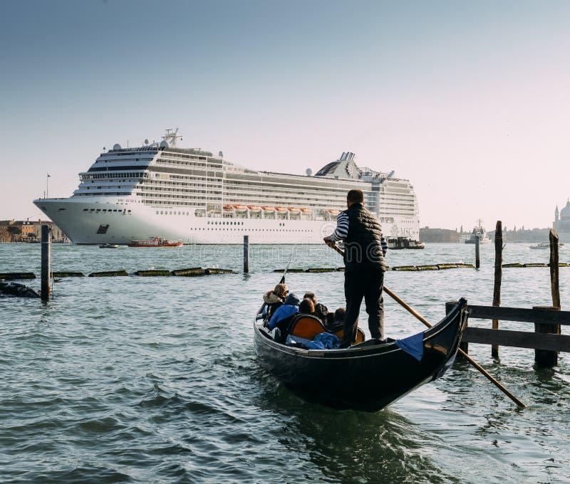 Zestawienie gondola i ogromny statek wycieczkowy w Giudecca kanale Stary i nowy transport na Wenecja lagunie zdjęcie royalty free