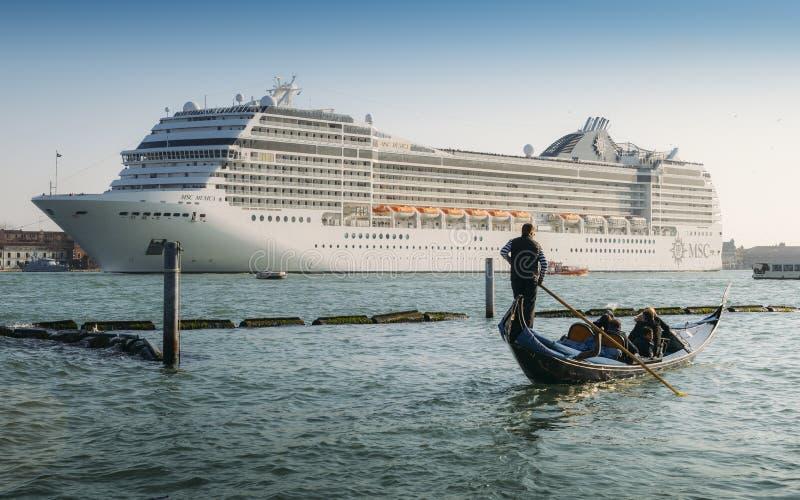 Zestawienie gondola i ogromny statek wycieczkowy w Giudecca kanale Stary i nowy transport na Wenecja lagunie fotografia stock