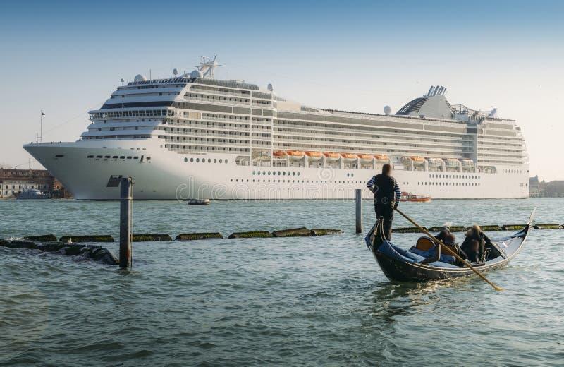 Zestawienie gondola i ogromny statek wycieczkowy w Giudecca kanale Stary i nowy transport na Wenecja lagunie obraz royalty free