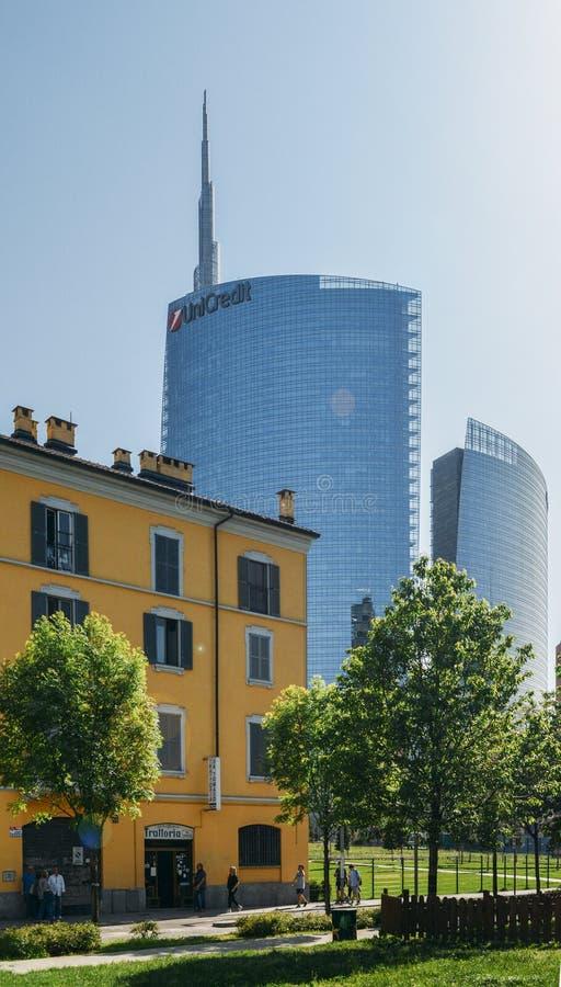 Zestawienie tradycyjny Włoski budynek i Unicredit budynek, jeden wysoki w mieście zdjęcie royalty free