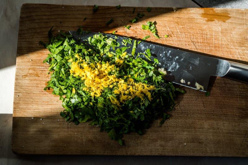 Zeste de citron, persil et ail d'ingrédients de Gremolata pour Osso Buco, jambes de veau qui sont braisées en vin photo stock