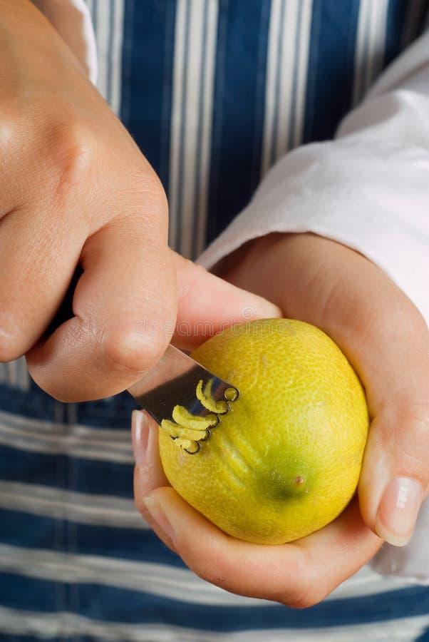 Zesting Zitrone lizenzfreies stockfoto
