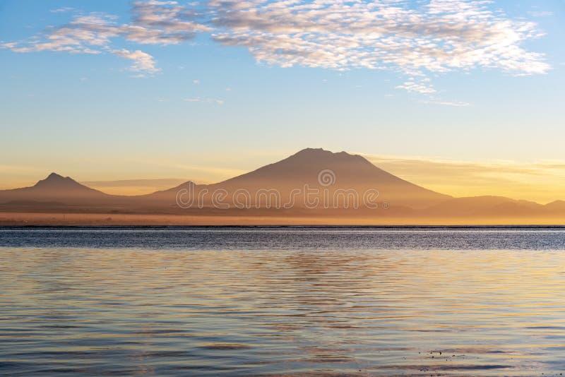 Zet Agung-vulkaan tijdens zonsopgang op royalty-vrije stock foto's