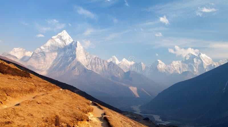 Zet Ama Dablam op de manier op om Everest-Basiskamp op te zetten royalty-vrije stock afbeelding