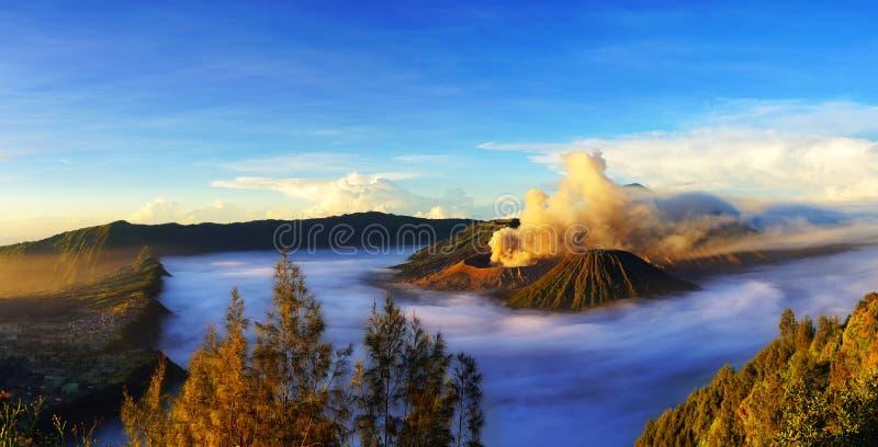 Zet Bromo, actieve vulkaan tijdens zonsopgang op royalty-vrije stock foto