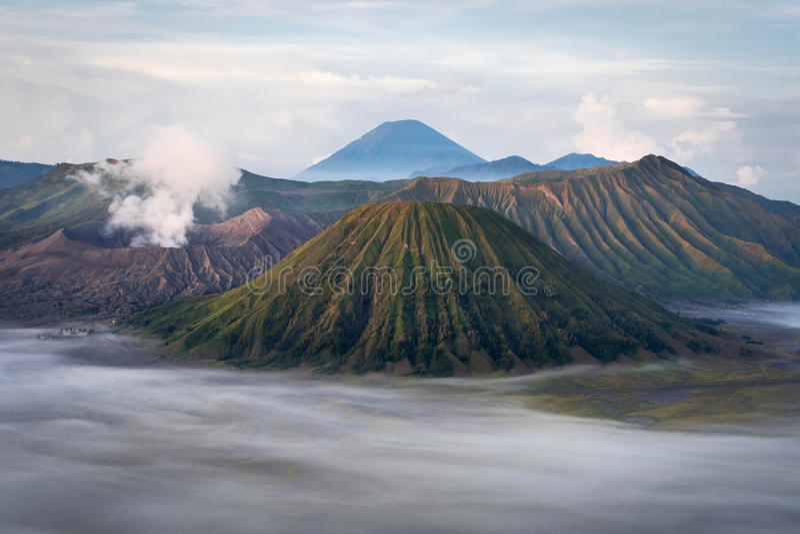Zet Bromo bij Zonsopgang op, Java, Indonesië royalty-vrije stock foto