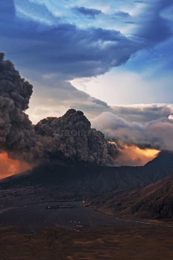 Zet Bromo-de uitbarsting van vulkaangunung Bromo op royalty-vrije stock fotografie