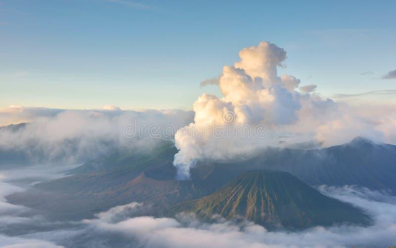 Zet Bromo-Uitbarsting bij Zonsopgang op stock afbeelding