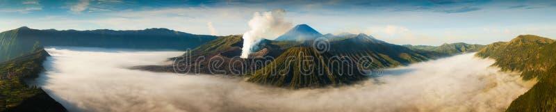 Zet Bromo-vulkaan Gunung Bromo tijdens zonsopgang vanuit gezichtspunt op royalty-vrije stock foto's