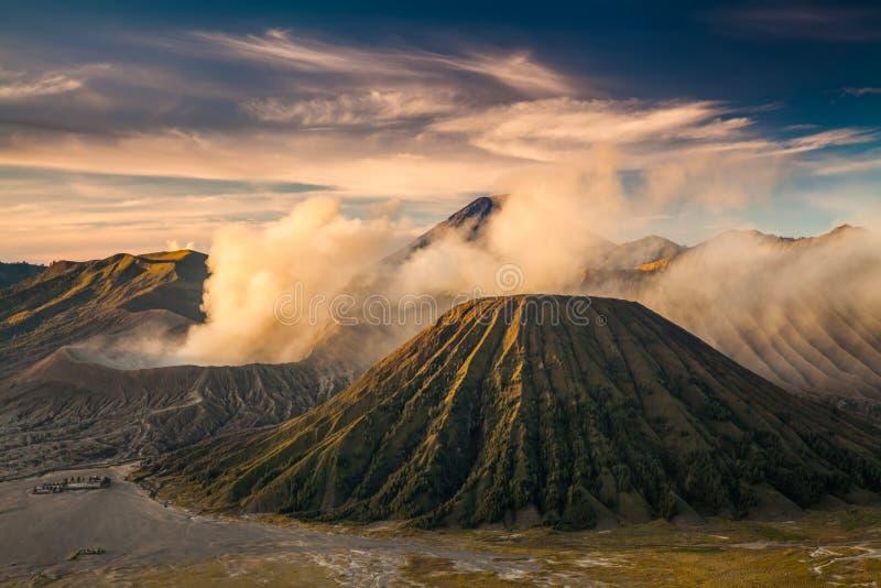 Zet Bromo-vulkaan Gunung Bromo tijdens het Nationale Park van zonsopgangbromo Tengger Semeru, Oost-Java, Indonesië op royalty-vrije stock afbeeldingen