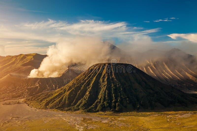 Zet Bromo-vulkaan Gunung Bromo tijdens het Nationale Park van zonsopgangbromo Tengger Semeru, Oost-Java, Indonesië op stock foto's