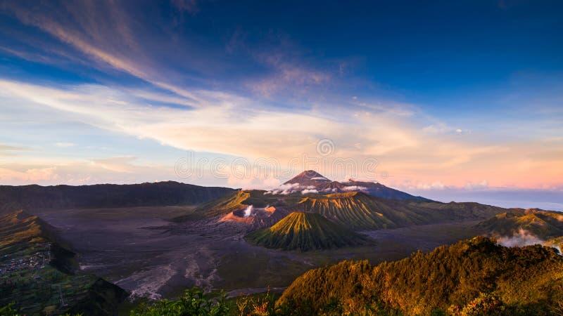 Zet Bromo-vulkaan Gunung Bromo tijdens zonsopgang vanuit gezichtspunt op Onderstel Penanjakan op royalty-vrije stock afbeeldingen