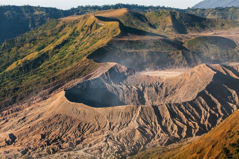 Zet Bromo-vulkaan (Gunung Bromo) tijdens zonsopgang vanuit gezichtspunt op Onderstel Penanjakan, in Oost-Java, Indonesië op stock afbeeldingen