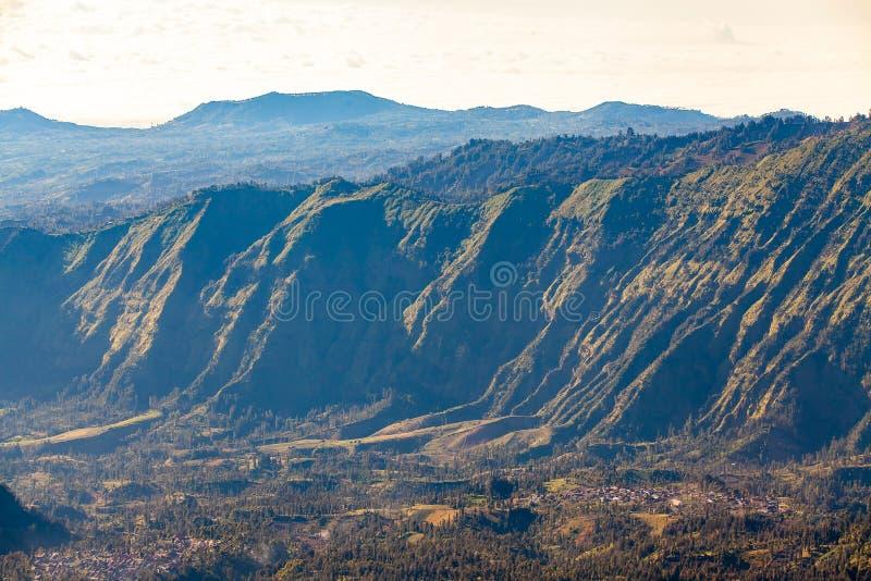 Zet Bromo-vulkaan (Gunung Bromo) tijdens zonsopgang vanuit gezichtspunt op Onderstel Penanjakan, in Oost-Java, Indonesië op stock fotografie