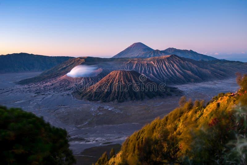 Zet Bromo-vulkaan op - het Nationale Park van Bromo Tengger Semeru, Oost-Java, Indonesië stock foto's