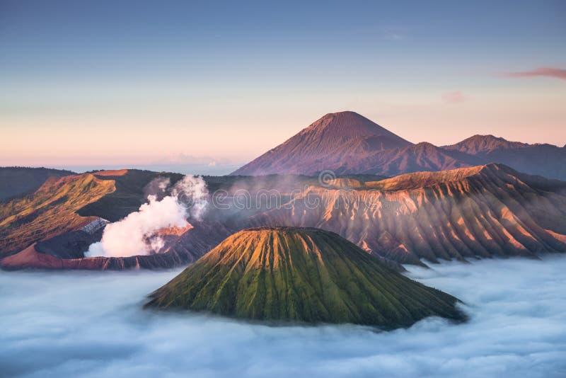 Zet Bromo-vulkaan tijdens zonsopgang op royalty-vrije stock foto's