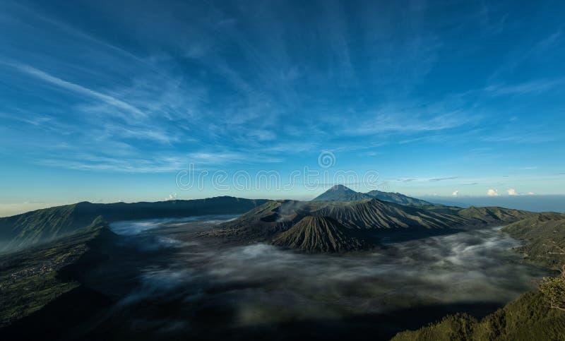 Zet Bromo-vulkaan tijdens zonsopgang op stock afbeeldingen