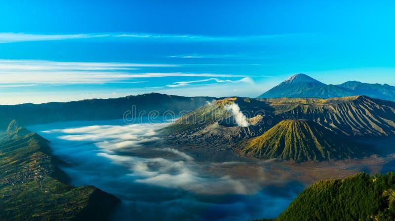 Zet Bromo-vulkaan tijdens zonsopgang op, de prachtige mening van MT royalty-vrije stock foto