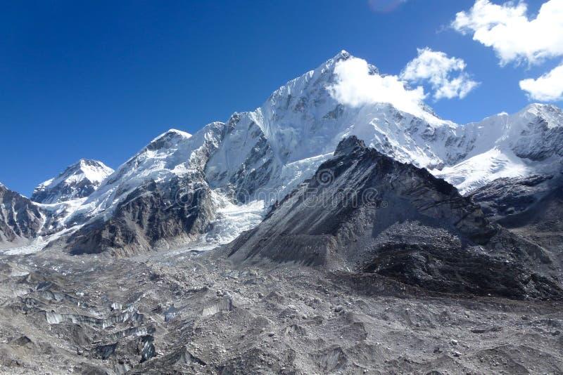 Zet de gletsjer van Lhotse op en Khumbu-, van Gorak Shep wordt gezien, met blauwe hemel en grote wolken, Everest-trek van het Bas stock afbeeldingen
