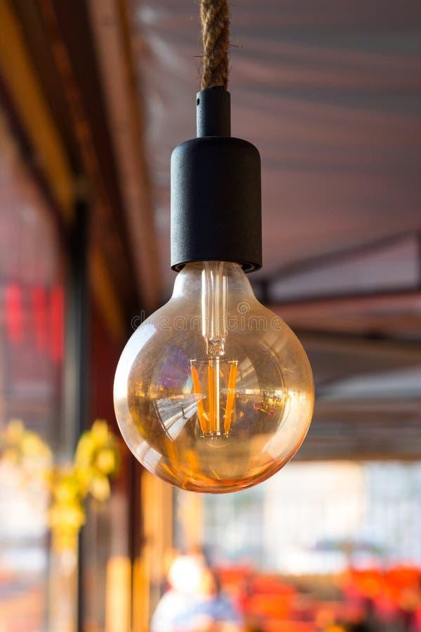 Zet de Lamp met uw Aankondiging, Minimaal Concept voor Ideeën aan royalty-vrije stock foto