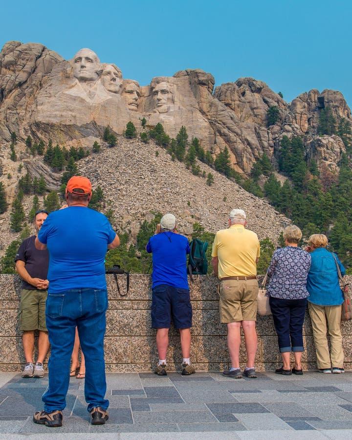 Zet de Nationale Herdenkingstoeristen van Rushmore op het Grote Meningsterras op stock foto
