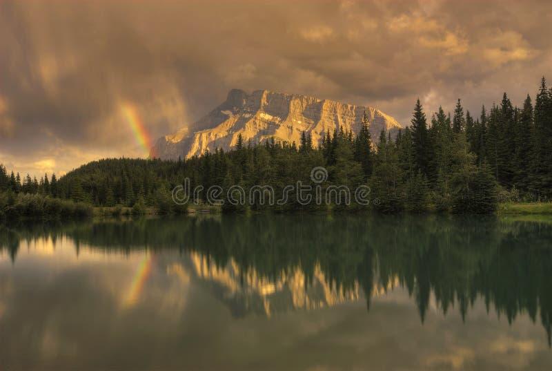 Zet de Regenboog van de Zonsondergang op Rundle stock foto's