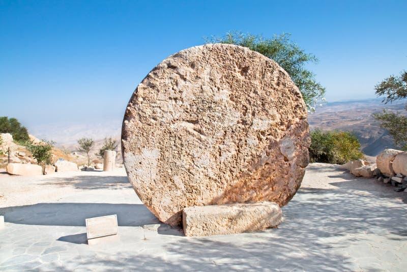 Zet de rollende de steendeur van het klooster, Nebo, Jordanië op royalty-vrije stock fotografie