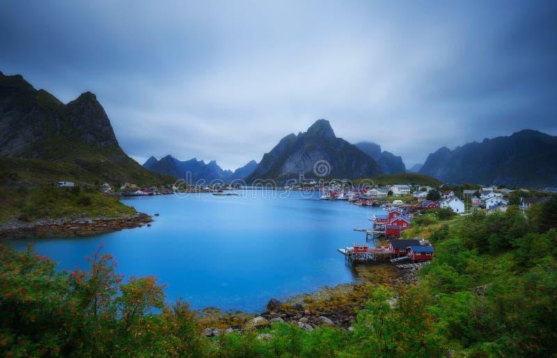 Zet de visserijdorp van Olstind en Reine-op Lofoten-eilanden op royalty-vrije stock afbeeldingen