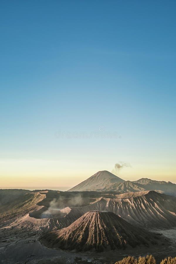 Zet de vulkaan & x28 van Bromo op; Gunung Bromo& x29; tijdens zonsopgang vanuit gezichtspunt op Onderstel Penanjakan stock afbeelding