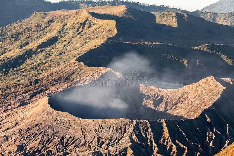 Zet de vulkaan & x28 van Bromo op; Gunung Bromo& x29; tijdens zonsopgang vanuit gezichtspunt op Onderstel Penanjakan, in Oost-Jav stock afbeelding