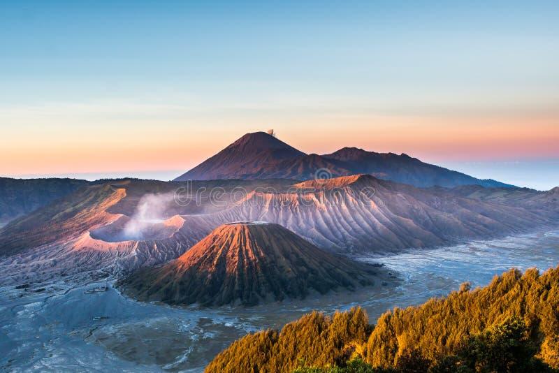 Zet de vulkaan & x28 van Bromo op; Gunung Bromo& x29; tijdens zonsopgang vanuit gezichtspunt op Onderstel Penanjakan, in Oost-Jav royalty-vrije stock afbeelding