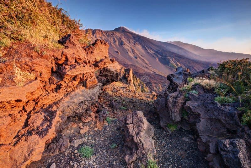 Zet de vulkaan van Etna in actie op royalty-vrije stock afbeeldingen
