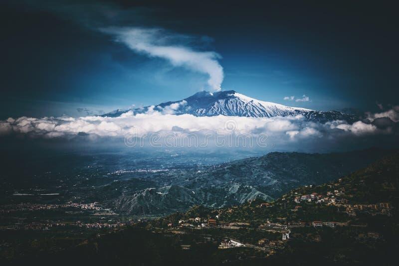Zet de vulkaan van Etna, mening van Taormina, Sicilië op royalty-vrije stock foto's