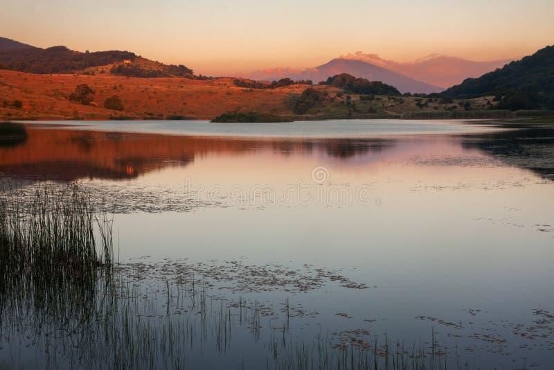 Zet Etna bij zonsondergang op stock fotografie