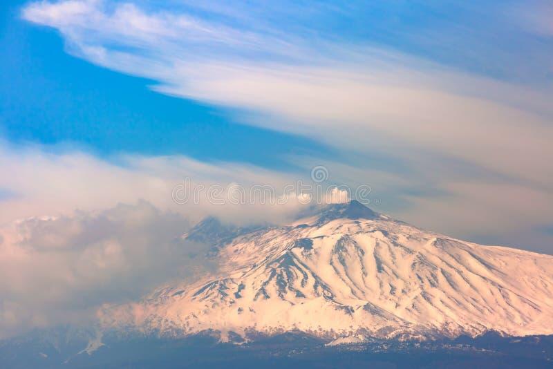 Zet Etna bij zonsopgang op, Sicilië, Italië stock foto