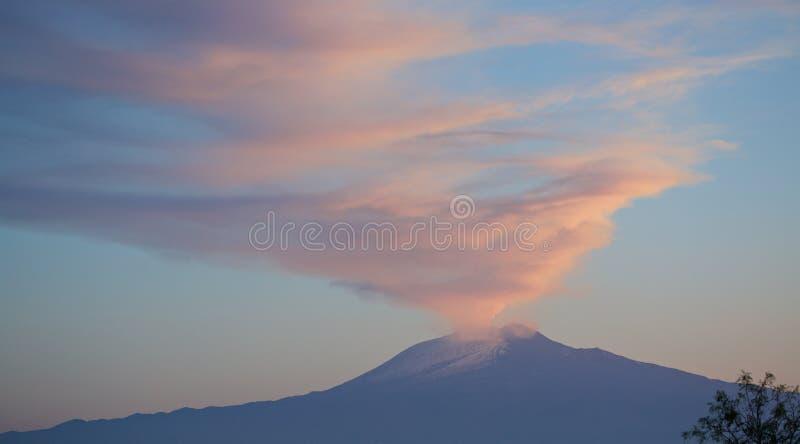 Zet Etna Plume bij Zonsondergang op stock afbeelding